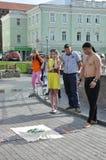 Tomsk, Rusland, in de zomerdag Het vierkant van Lenin 10 juli, 2017 De mensen tonen trucs Mensen het deelnemen Royalty-vrije Stock Foto's