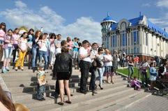 Tomsk, Rusland, in de zomerdag Het vierkant van Lenin 10 juli, 2017 De mensen tonen trucs Mensen het deelnemen Stock Foto