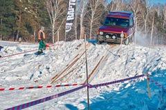 TOMSK, RUSLAND - FEBRUARI 17, 2018: De winter auto toont van jeeps - bel ras met hindernissen, off-road proef Het springen van je stock foto
