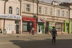 Tomsk, Rusland, het Vierkant van Lenin 10 juli, 2017 Centraal deel van de stad Het lopen van straten in de zomer Stock Foto's