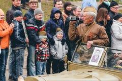 TOMSK, RUSLAND - MEI 9: Russisch militair vervoer bij parade op jaarlijkse Victory Day, 9 Mei, 2016 in Tomsk, Rusland Royalty-vrije Stock Afbeelding