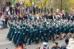 TOMSK, RUSLAND - MEI 9, 2016: Russische ceremonie van het openen van militaire parade op Victory Day, 9 Mei, 2016 in Tomsk, Rusla Stock Foto's