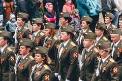 TOMSK, RUSLAND - MEI 9, 2016: Russische ceremonie van het openen van militaire parade op Victory Day, 9 Mei, 2016 in Tomsk, Rusla Stock Afbeeldingen
