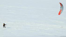 TOMSK, RUSSIA - 13 MARZO 2016: Lo sciatore guida con un paracadute sul fiume congelato Tom vicino alla città di Tomsk Immagine Stock