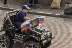 Tomsk, Russia, via di Lenin 10 luglio 2017 Camminando sulle vie della città di estate Il bambino sta guidando in macchina piccolo Immagini Stock