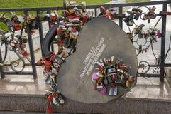 Tomsk, Russie, rue de Lénine 10 juillet 2017 Marche sur les rues de ville en été Le monument de l'amour sincère et pur Le padl Image stock