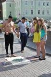Tomsk Ryssland, i sommardag Lenin fyrkant Juli 10, 2017 Män visar trick Folk som deltar Fotografering för Bildbyråer