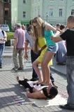 Tomsk Ryssland, i sommardag Lenin fyrkant Juli 10, 2017 Män visar trick Folk som deltar Royaltyfria Bilder