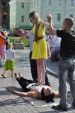 Tomsk Ryssland, i sommardag Lenin fyrkant Juli 10, 2017 Män visar trick Folk som deltar Royaltyfri Foto