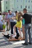 Tomsk Ryssland, i sommardag Lenin fyrkant Juli 10, 2017 Män visar trick Folk som deltar Arkivfoton