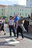 Tomsk Ryssland, i sommardag Lenin fyrkant Juli 10, 2017 Män visar trick Folk som deltar Arkivfoto