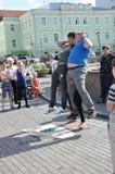 Tomsk Ryssland, i sommardag Lenin fyrkant Juli 10, 2017 Män visar trick Folk som deltar Arkivbilder