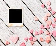 Tomt ögonblickligt foto på den vita wood tabellen Royaltyfri Foto