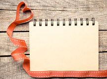Tomt anteckningsbokpapper med hjärtabandet Royaltyfria Foton