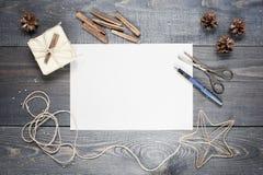 Tomt ark av papper med sammansättning på tabellen royaltyfri fotografi