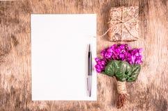 Tomt ark av papper och pennan Bukett av vårblommor och gåvaasken letter romantiker Royaltyfri Bild