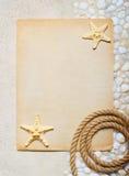 Tomt ark av papper på havssanden Arkivbild