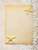 Tomt ark av papper på havssanden Royaltyfria Bilder