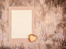 Tomt ark av pappers- och kakahjärta letter romantiker enkel bakgrund Fotografering för Bildbyråer