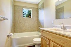 Tomt badrum med det tegelplattaväggklippning och fönstret Fotografering för Bildbyråer
