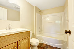 Tomt badrum med tegelplattagolvet Royaltyfri Fotografi