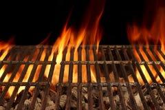 Tomt BBQ-brandgaller och brinnande kol med ljusa flammor fotografering för bildbyråer