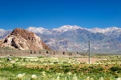 Tomt berglandskap och blå himmel Arkivfoto