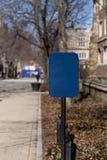 Tomt blått tecken på bana fotografering för bildbyråer