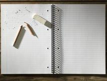 Tomt block av pappersradergummit och den brutna blyertspennan Arkivfoton