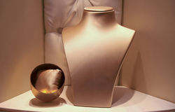 Tomt boutiquefönster med smyckenbysten royaltyfri foto