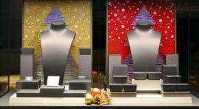 Tomt boutiquefönster med smyckenbyster royaltyfri bild