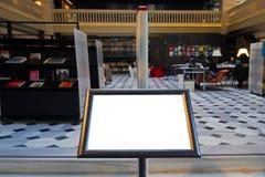 Tomt bräde, arkivingångsbakgrund som annonserar panelen Litet tomt bräde, tom ram royaltyfria foton