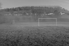 Tomt byfotbollfält, litet belopp av dimma som igenom driver fotografering för bildbyråer