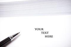 Tomt dokument med textutrymme, vit bakgrund Arkivbilder
