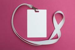 Tomt emblem med taljerepet på rosa bakgrund, tomt utrymme för text arkivbild