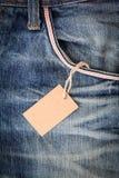 Tomt etikettspris i blått jeanfack Royaltyfria Foton