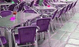 Tomt europeiskt gatakafé med purpurfärgade stolar och tabeller, selektiv fokus royaltyfria bilder