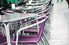 Tomt europeiskt gatakafé med purpurfärgade stolar och tabeller, selektiv fokus royaltyfria foton