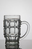 Tomt exponeringsglas av öl på vit bakgrund Arkivfoto