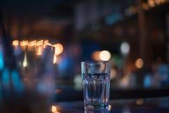 Tomt exponeringsglas på tabellen i nattklubben eller restaurangen, closeup Royaltyfri Bild