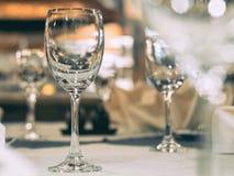 Tomt exponeringsglas på tabellen med att äta middag uppsättningen Royaltyfria Foton