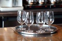 Tomt exponeringsglas som är klart av vatten, många glass klart av vatten royaltyfri fotografi