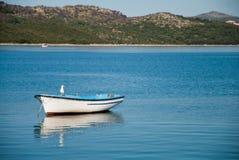 Tomt fartyg med seagullen med kusten och kullar i bakgrunden Royaltyfri Foto