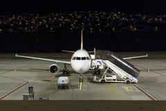Tomt flygplan i natten på den Funchal flygplatsen på madeiraön royaltyfria bilder