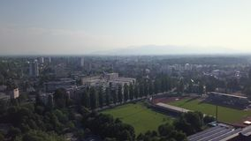 Tomt fotbollfält från himlen stock video