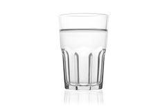 Tomt genomskinligt vatten som dricker exponeringsglas för vatten, fruktsaft eller, mjölkar på en trätabell för mörk brunt som iso Fotografering för Bildbyråer