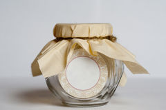 Tomt glass krus med det paketera tyg och repet Fotografering för Bildbyråer