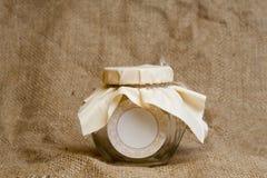 Tomt glass krus med det paketera tyg och repet på   Fotografering för Bildbyråer