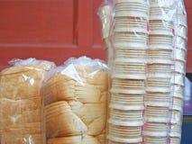 Tomt glasskornetter och bröd i plastpåse arkivbilder