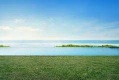 Tomt gräsgolvdäck i lyxigt strandhus med den bakgrunds-, havssiktsterrassen för blå himmel på semesterhemmet eller hotellet Fotografering för Bildbyråer